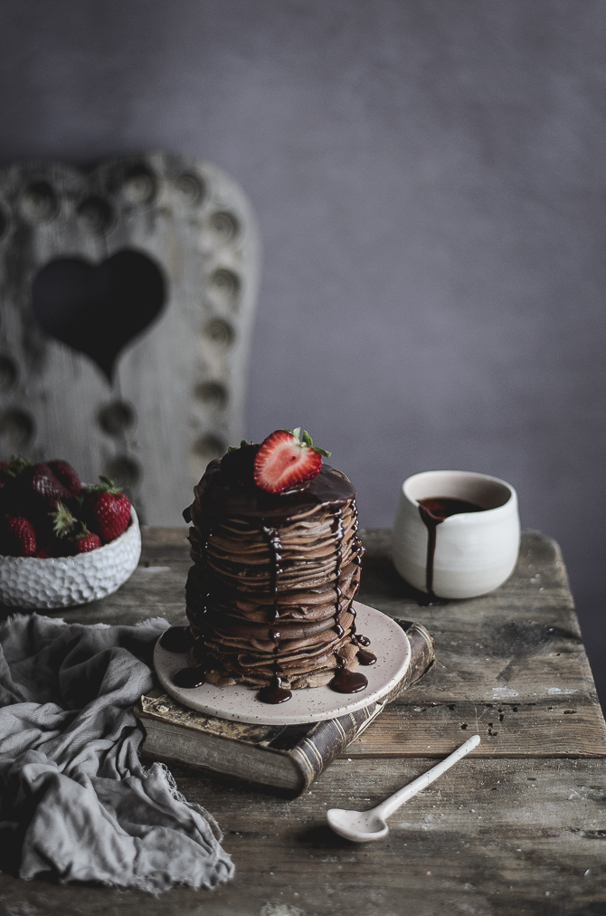 Panquecas de espelta e chocolate com morangos // Spelt chocolate pancakes with strawberries